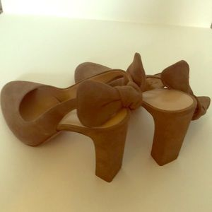 Suede pump with bow